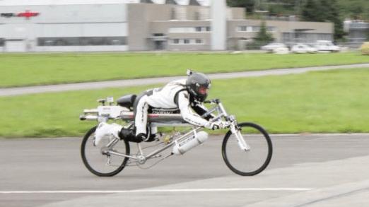 Франсуа Гисси достиг скорости 285 км/ч на велосипеде с ракетным двигателем.