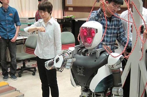 Робот-гуманоид общается на языке жестов!