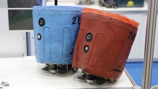 Робот-мусорщик помогает людям подбирать мусор