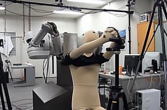 Двурукий робот –ассистент при одевании!