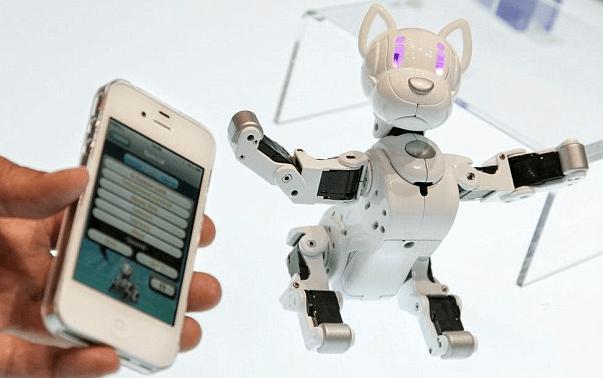 Очередной робот-пес представлен на выставке игрушек в Токио.