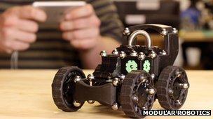 Представлен модульный игрушечный робот.