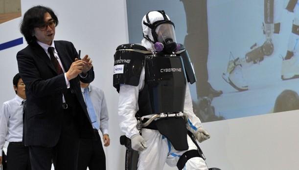brain-controlled-cyberdyne-hal-exoskeleton-suit-fukusima-e1350584954426