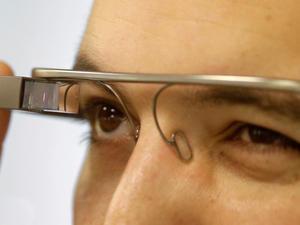 Google Glass делает фотоснимки путем подмигивания!