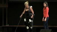 Парализованная женщина разгуливает с 3D экзоскелете!