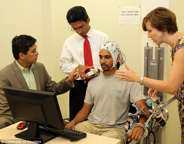 Роботизированная рука помогает пациентам восстановиться после инсульта