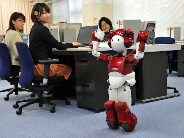 Робот EMIEW учиться передвигаться по офису