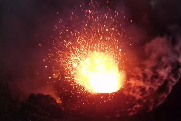 Летающий дрон снял извержение вулкана
