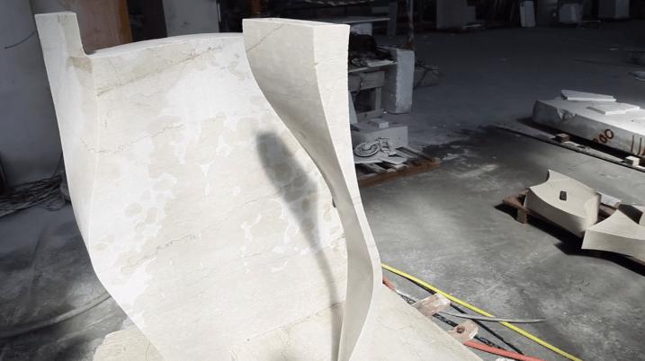 Робот распиливает кусок мрамора, словно это кусок растопленного масла