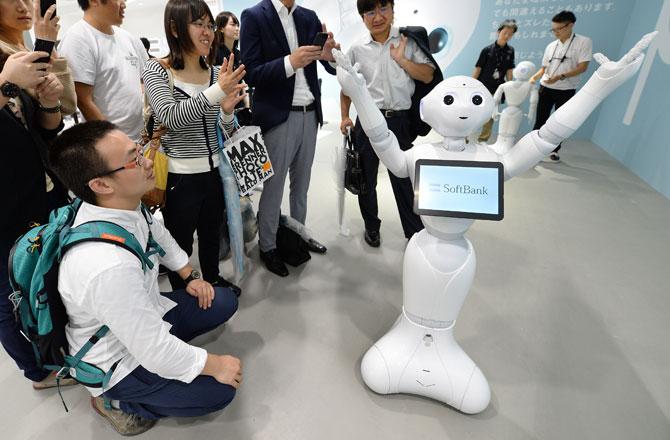 Разговорчивый робот быстро знакомится с людьми