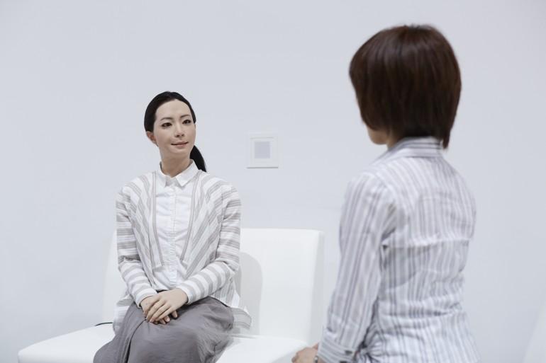 Человекоподобные роботы начинают роботу в музее Токио