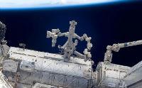 Робот в космосе выполняет операцию на себе