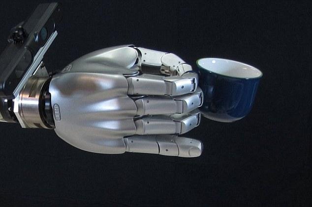 Робот Борис учится загружать посудомойку!