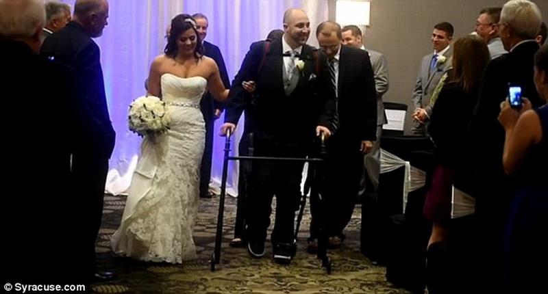 Благодаря экзоскелету парализованный жених сам отвел невесту к алтарю