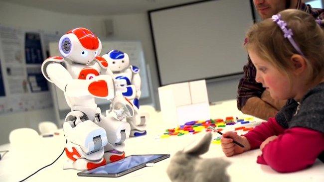 Дети с роботом учатся писать