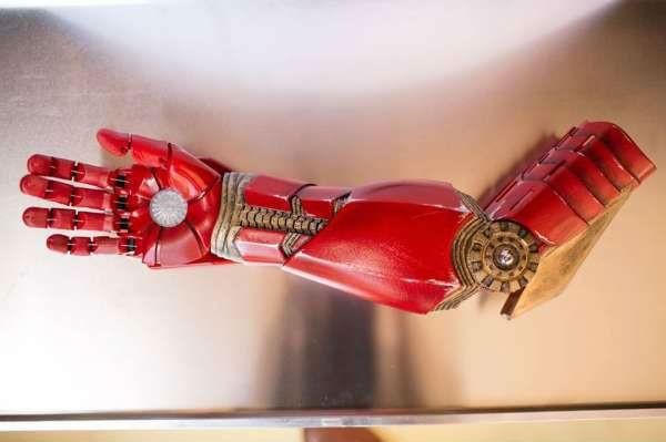 7-летний мальчик получает роботизированный протез в подарок от Железного Человека