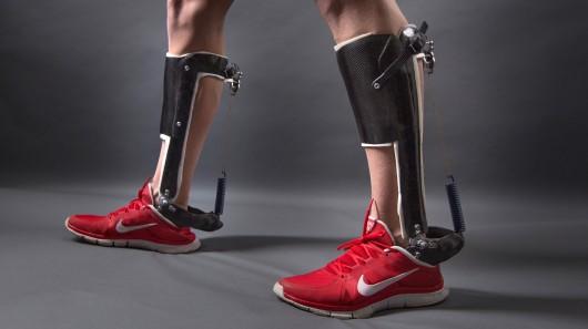 Экзоскелет для лодыжки без механического привода снимает нагрузку с икроножных мышц для повышения эффективности ходьбы