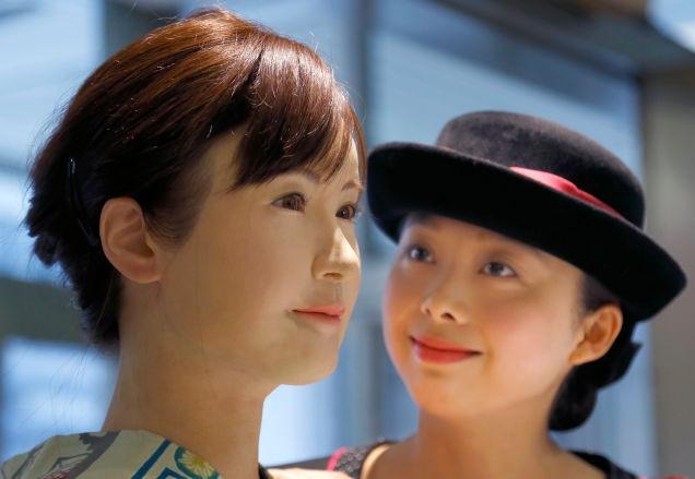 Человекоподобный робот встречает покупателей в японском торговом центре