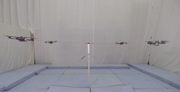 Прикрепленные к столбу дроны выполняют акробатические трюки