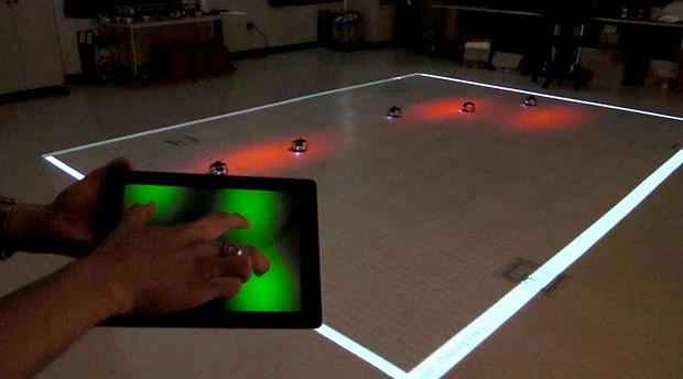 Управление целой группой роботов всего одним пальцем на планшете