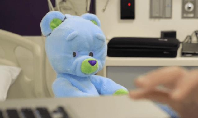 Терапевтический плюшевый мишка-робот будет играть с детьми в больнице