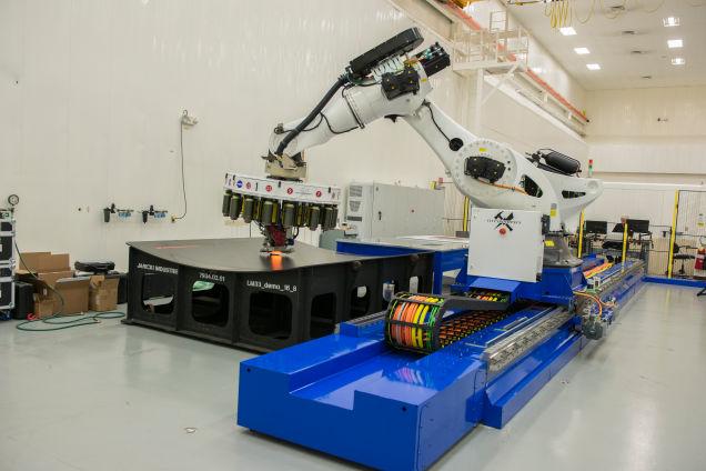 Робот (Ткацкий станок) плетет уклеволокно для производства ракет.